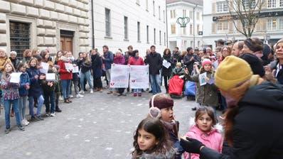 Übergabe der Petition vor dem Luzerner Regierungsgebäude (Bild: PD)