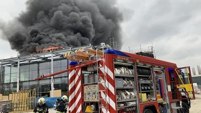 Die Feuerwehr hatte das Feuer auf dem Neubau des Autocenters schnell gelöscht. (Bild: Feuerwehr Kreuzlingen)
