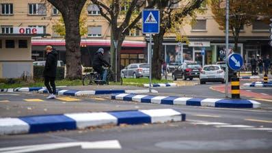 Die blau-weissen Randsteine am Bundesplatz werden entfernt. (Bild: Pius Amrein, Luzern, 21. November 2019)