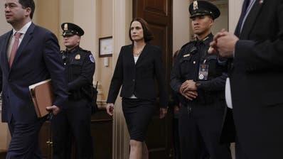 Fiona Hill, ehemalige Mitarbeiterin des US-Sicherheitsrates, unterwegs zur Aussage.(AP Photo/J. Scott Applewhite)