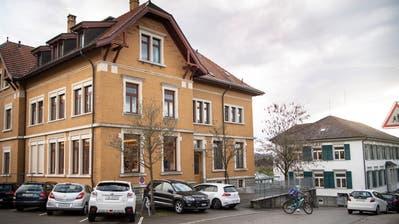 Die beiden Schulhäuser auf dem Dorfhügel. Ein Teil derWittenbacherbefürwortet deren Abriss. (Bild: Ralph Ribi (5. November 2019))