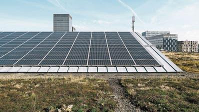 Theoretisch könnte ein die Energie in der Schweiz aus der Photovoltaik stammen, wenn alle Gebäude genutzt würden. (Bild: Christian Beutler/Keystone)
