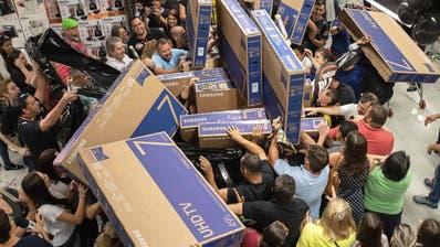 Kunden streiten sich um Fernseher in einem Laden in Brasilien. (Bild: Keystone, Sao Paulo, 22. November 2018)