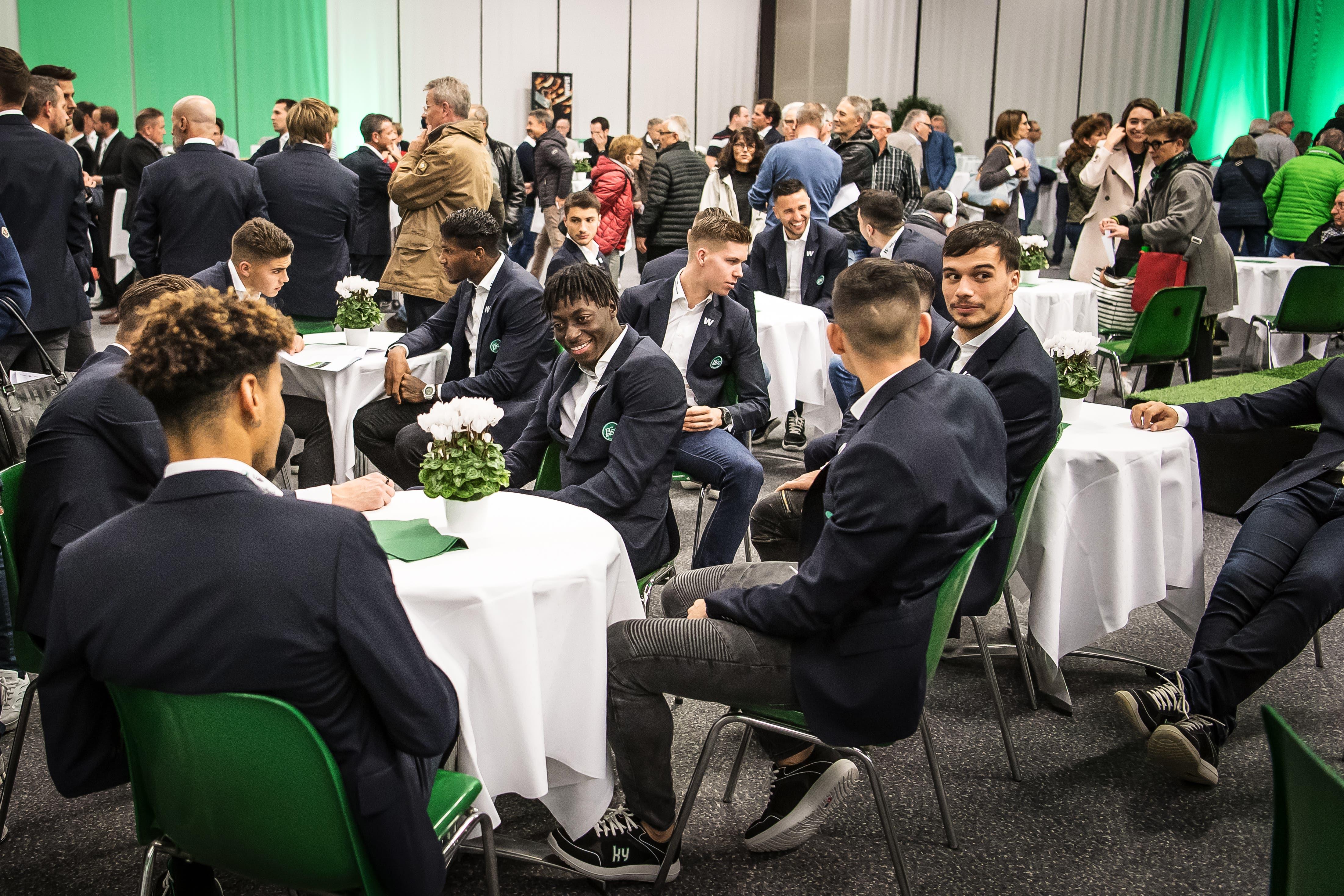 Im Publikum sitzen auch die Spieler des FCSG. (Bild: Michel Canonica)