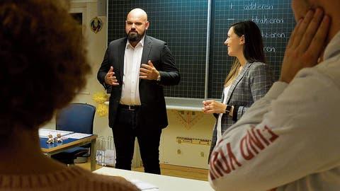 Im Schulzimmer: Die beiden Lehrpersonen des TimeoutChristian Barlea und Petra Soller beantworten die Fragen der Interessierten. (Bild: Donato Caspari)