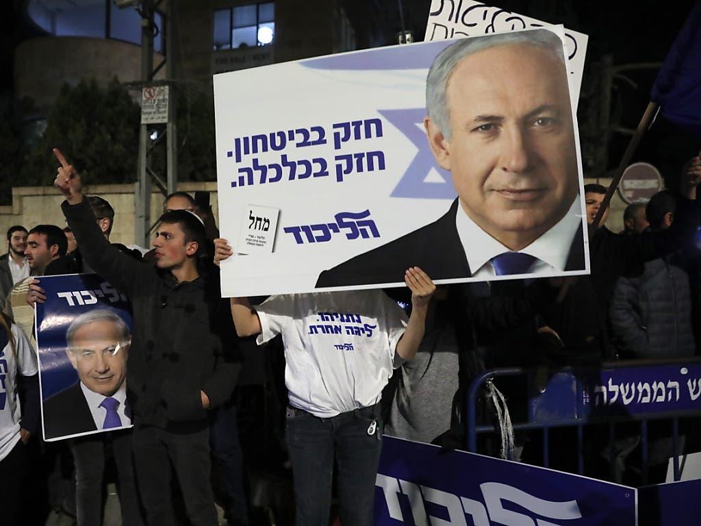 Unterstützer des Ministerpräsidenten Benjamin Netanjahu in Jerusalem. (Bild: KEYSTONE/EPA/ABIR SULTAN)