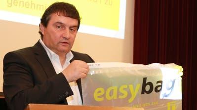 Der Vorsitzende der ZAB-Geschäftsleitung, Claudio Bianculli, präsentiert an der Delegiertenversammlung den «easybag», der vorerst in der Stadt Gossau im Rahmen eines Pilotprojektes getestet werden soll. (Bild: Christof Lampart)