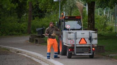 Früh morgens wird die «Ufschötti» in Luzern jeweils von Mitarbeitern des Strasseninspektorats gereinigt. (Bild: Boris Bürgisser, 2. Mai 2018)