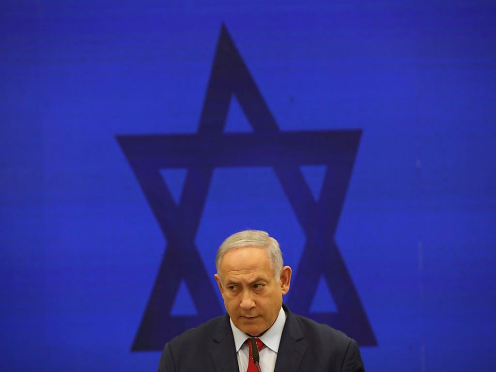 Israels Regierungschef Benjamin Netanjahu will sich von den Korruptionsvorwürfen nicht beirren lassen und weiter seinem Land dienen. (Bild: KEYSTONE/AP/ODED BALILTY)