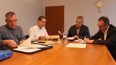 Brunnenmeister Hanspeter Roth und die Gemeindepräsidenten Andreas Opprecht, Heinz Keller und Thomas Bosshard bereiten die Informationen für die Bevölkerung vor. (Bild: Hannelore Bruderer)