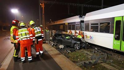 Der Unfallverursacher musste von der Feuerwehr aus dem Autobefreitwerden. (Bilder: Stapo)