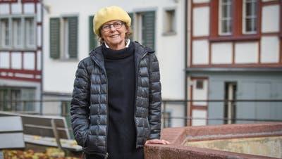 Ruth Erat am Wiborada-Brunnen in St.Gallen. (Bild: Lisa Jenny)