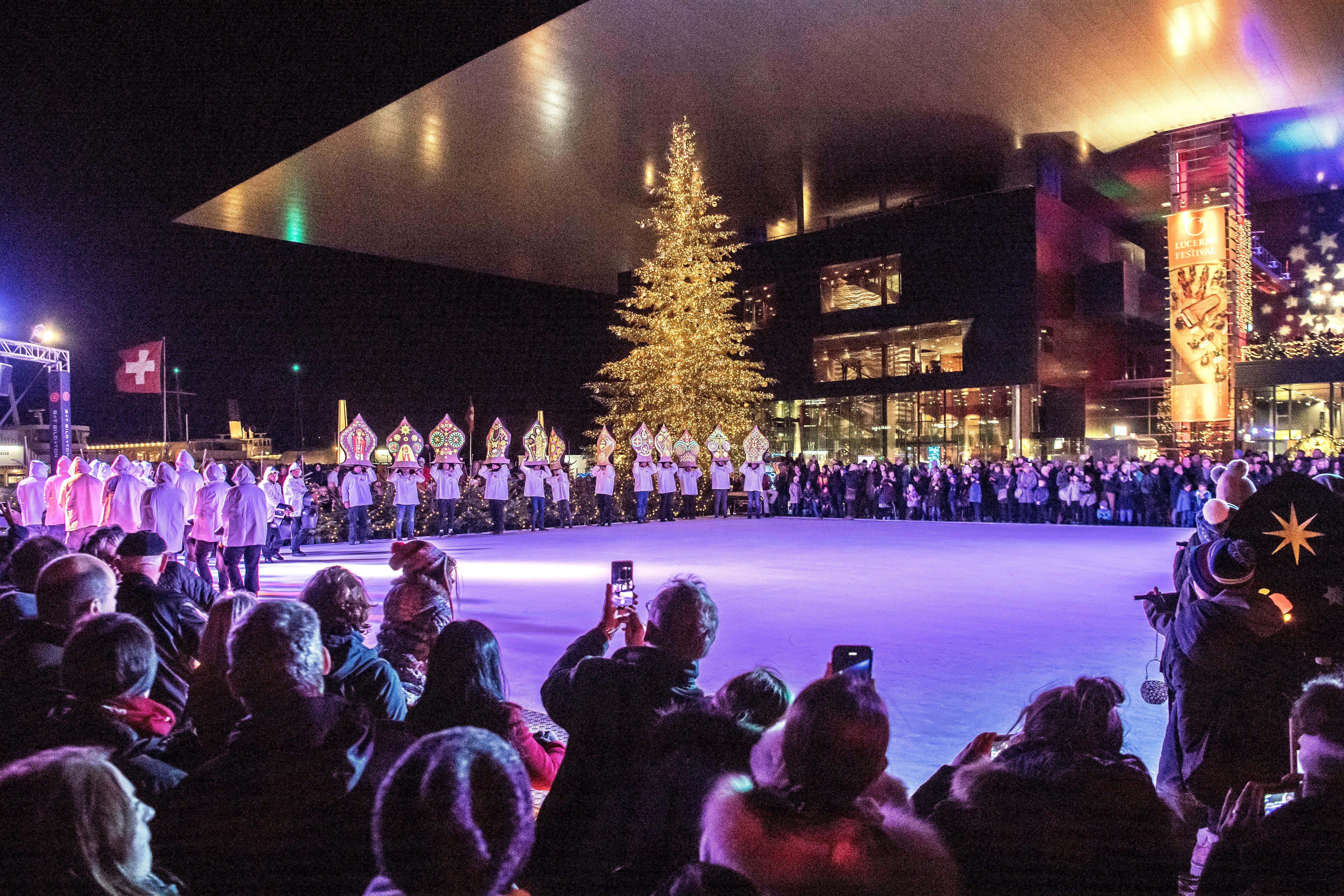 Das Eisfeld vor dem KKL ist ab sofort wieder für Schlittschuhläufer und -läuferinnen geöffnet. (Bild: Pius Amrein, Luzern, 23. November 2019)
