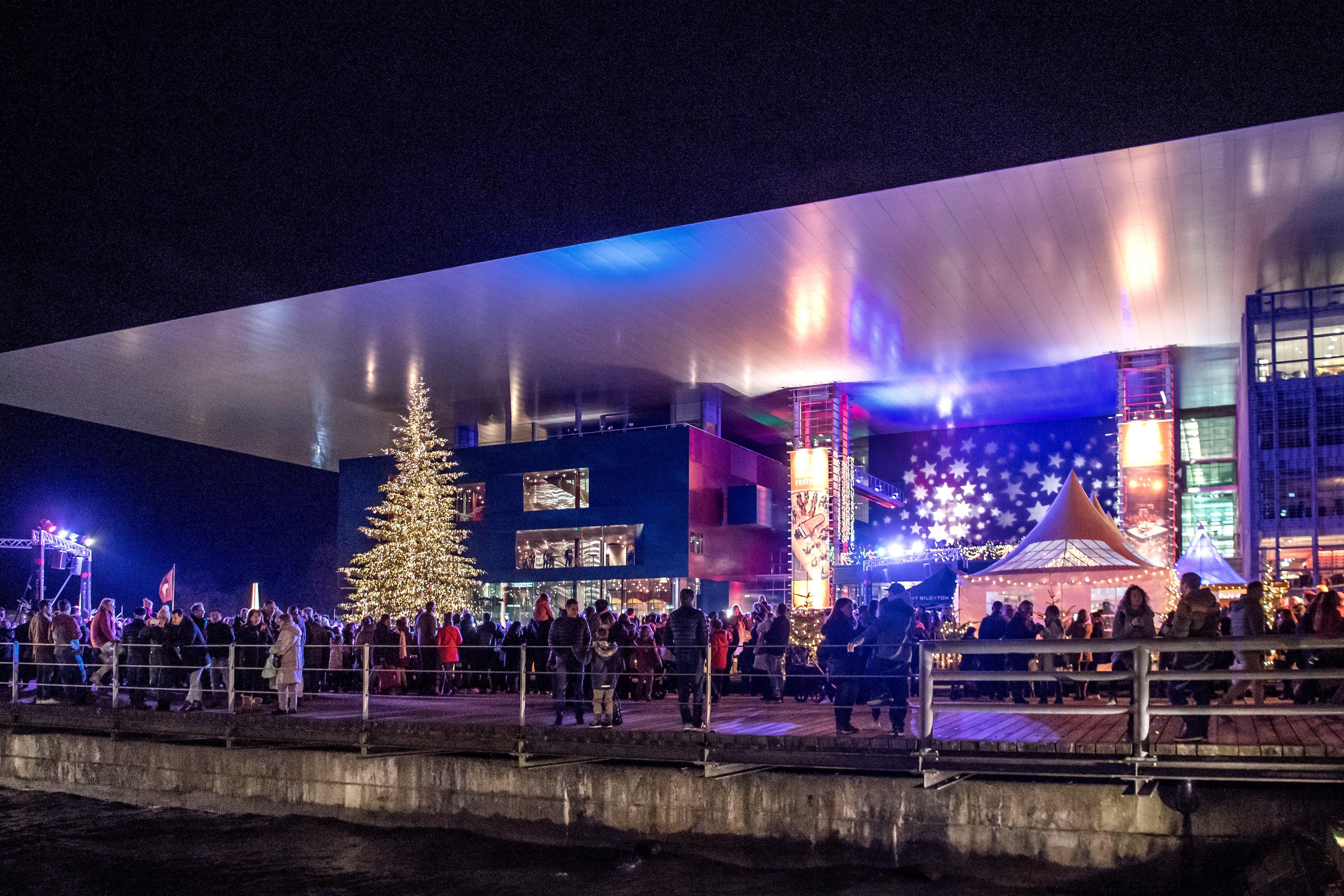 Blick auf den Eröffnungsevent beim Europaplatz vor dem KKL anlässlich des Starts der Weihnachtsbeleuchtung in der Stadt Luzern. (Bild: Pius Amrein, Luzern, 23. November 2019)