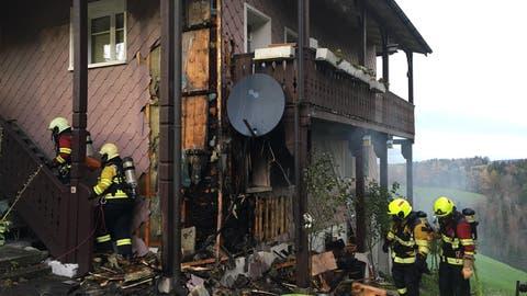 Das Wohnhaus in Finstersee wurde durch den Brand stark beschädigt. (Bild: Zuger Polizei)