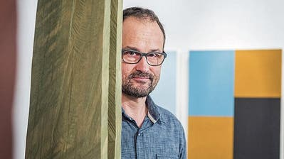 Inmitten seiner Werke: Galerist Stefan Rutishauser ist auch Kunstschaffender. (Bild: Andrea Stalder (4. Februar 2016))