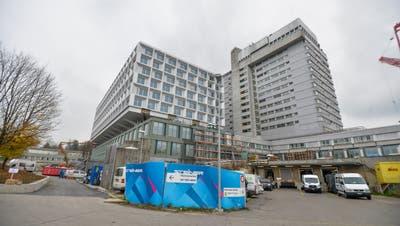 Das neue Bettenhaus des Kantonsspitals Frauenfeld ersetzt das alte Hochhaus, das bisherige Frauenfelder Wahrzeichen. (Bild: Donato Caspari)