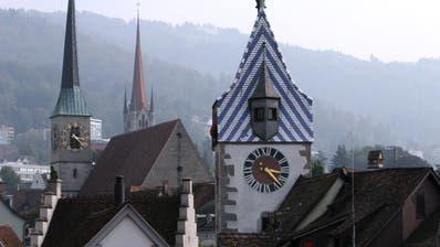 Bereits unter Denkmalschutz: Die Kirche St. Michael (hinten), die Kirche St. Oswald (links) und der Zytturm in Zug. (Bild: Christof Borner-Keller)
