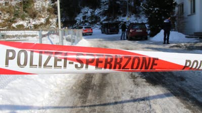 Die Urner Polizei bei Ermittlungen. Nun sind zwei Polizisten intern selber unter Beschuss geraten. (Symbolbild UZ, Altdorf, 18. Januar 2017)