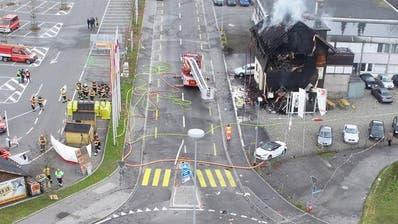 Zuerst kollidierte der Raser mit dem Kreisel, anschliessend mit dem Haus, das sofort Feuer fing. (Bilder: Schwyzer Kantonspolizei)
