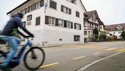 Die Seestrasse wird im Dorfkern schmaler und mit Mittelinseln für Fussgänger sicherer. Die Radstreifen fallen in diesem Bereich ganz weg. (Bild: Sina Walser)