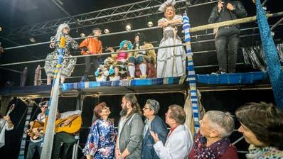 Viel los auf der Bühne im Theathaus. An der Produktion «Der Kater» beteiligen sich 15 Schauspieler und eine Band. (Bild: Andrea Stalder)