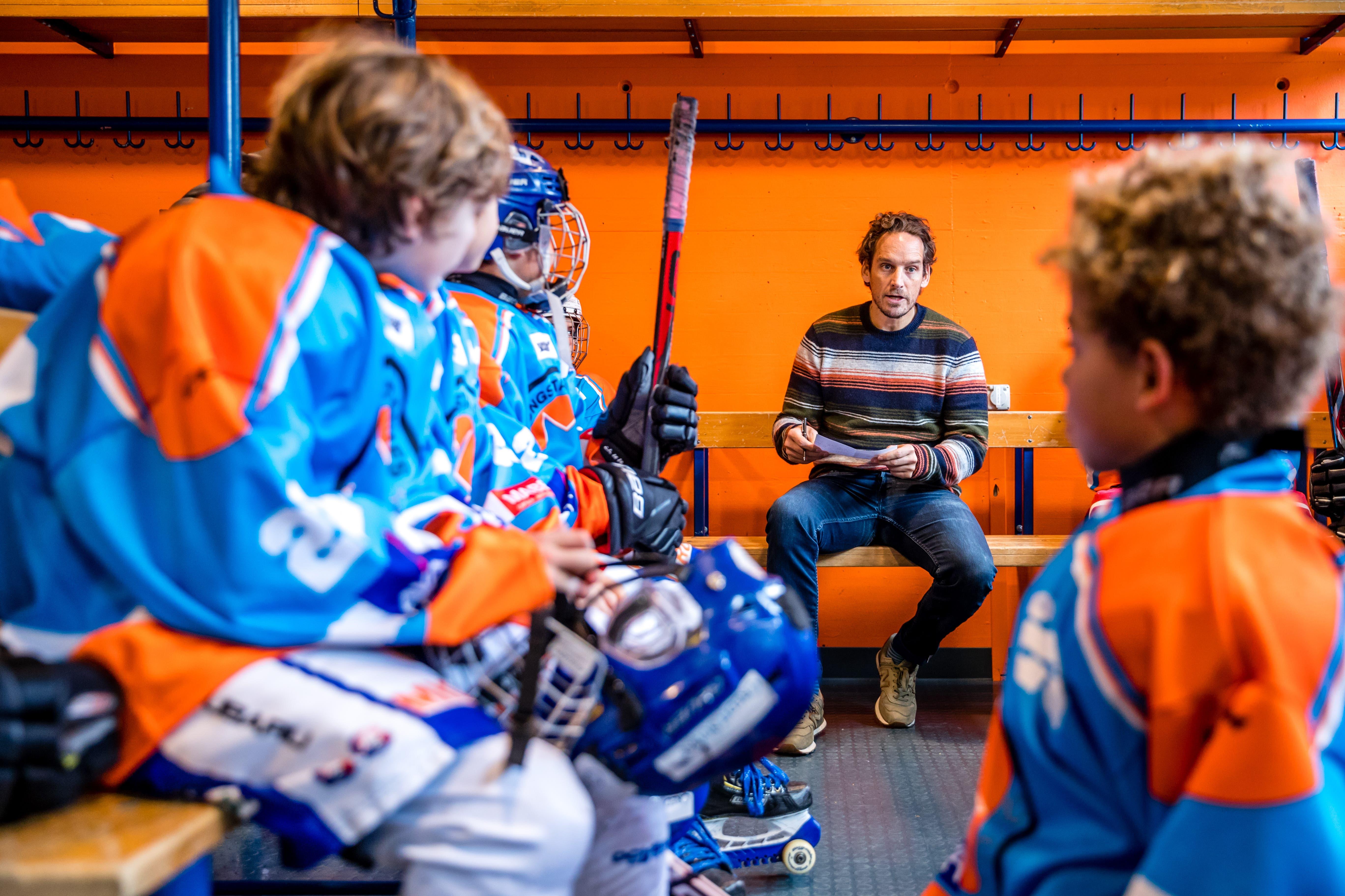 Eishockey Nationaltrainer Patrick Fischer bereitet sein All Star Team auf das Spiel vor am Young Star Games Eishockey Turnier. (Bild: Philipp Schmidli, 24. November 2019)