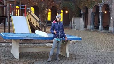 Die 12-jährige Dana vor dem Erstaufnahmezentrum für Asylbewerber in der belgischen Hauptstadt Brüssel. (Bild: PD, 24. November 2019)
