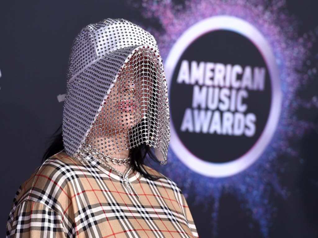 Die US-Sängerin Billie Eilish (17) bei der Ankunft zur Verleihung der American Music Awards in Los Angeles. (Bild: KEYSTONE/AP Invision/JORDAN STRAUSS)