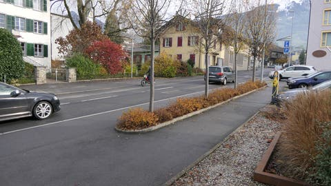 Ein Vorschlag ist, die Postautohaltestelle auf die Höhe der Parkplätze oberhalb dem Gemeindehaus (rechts im Bild) zu verlegen. (Bild: Markus von Rotz, Kerns, 26. November 2019)