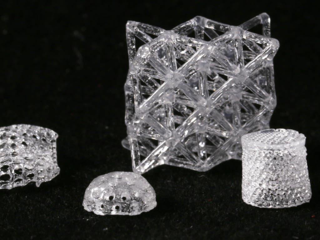 Dem Formenreichtum der 3D-gedruckten Glasobjekte sind fast keine Grenzen gesetzt. (Bild: Gruppe für Komplexe Materialien / ETH Zürich)