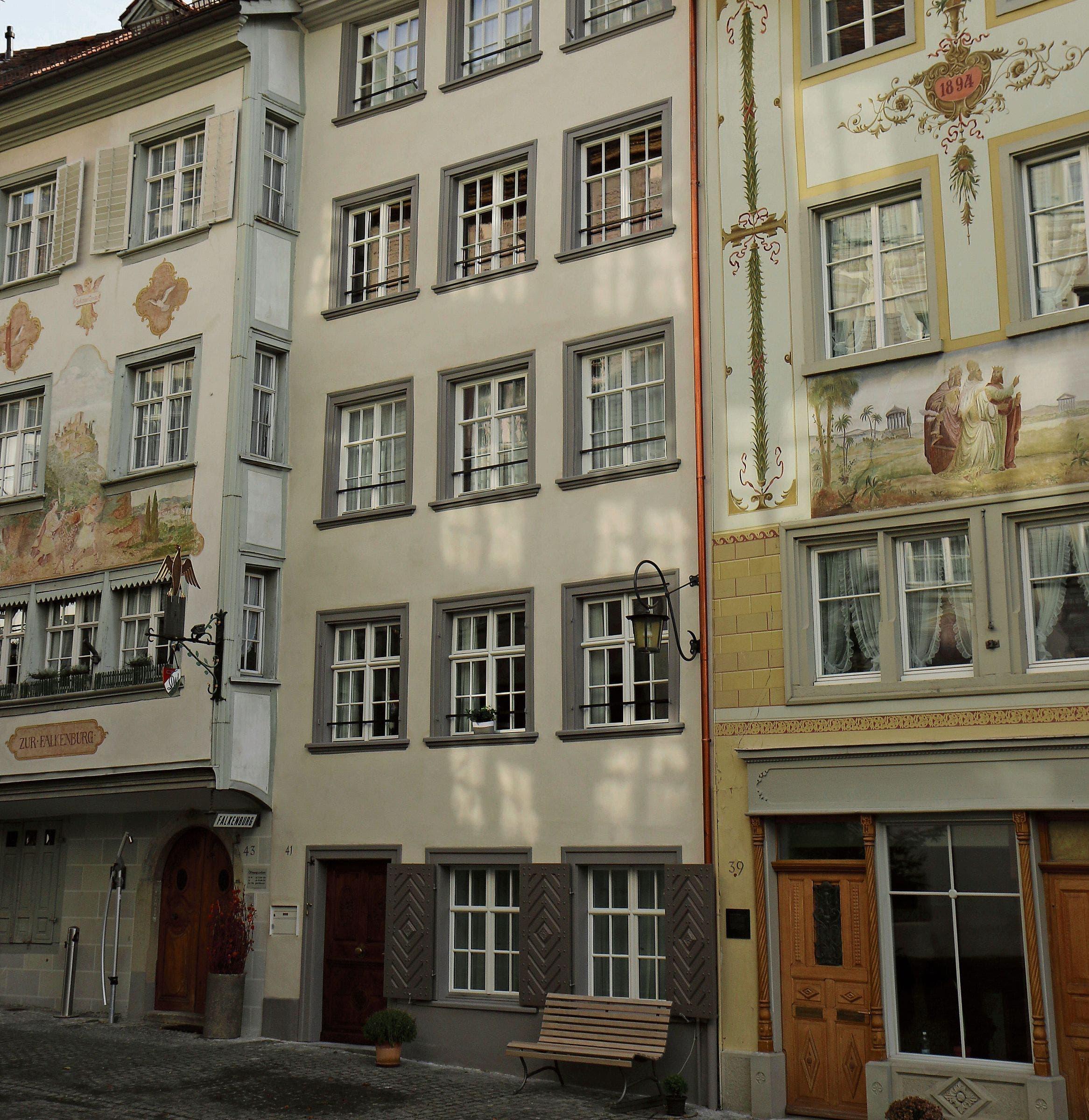 In der Mitte das renovierte Wohnhaus Kirchgasse 41 in Wil. (Bild: Hans Suter)