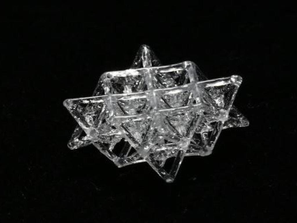 Mit Spezialharz und UV-Licht entstehen im 3D-Druckverfahren Glas-Objekte, die auch ihren Platz am Weihnachtsbaum finden könnten. (Bild: Gruppe für Komplexe Materialien / ETH Zürich)