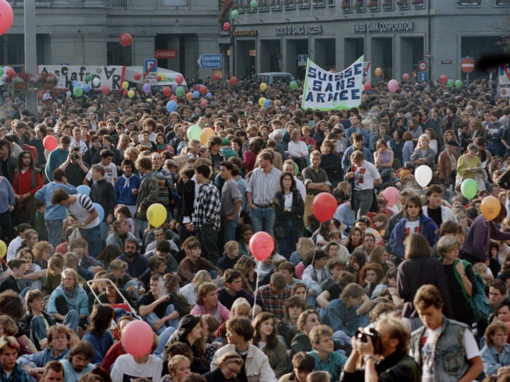 ARCHIV - ZUM 30. JAHRESTAG DER GSOA INITIATIVE AM DIENSTAG 26. NOVEMBER 2019 STELLEN WIR IHNEN FOLGENDES BILDMATERIAL ZUR VERFUEGUNG - Für das Anliegen der «Gruppe für eine Schweiz ohne Armee» GSoA demonstrieren am 21. Oktober 1989 mehrere tausend Personen auf dem Bundesplatz in Bern. (Bild: KEYSTONE/STR)
