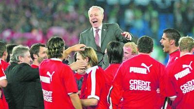 Köbi Kuhn führt den FC Zürich zu sechs Meistertiteln und fünf Cupsiegen. (Bild: Keystone)