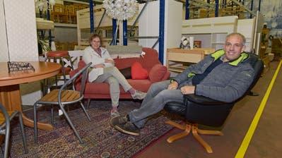 BrockiShop-Leiterin Ursula Baidinger und Blaues-Kreuz-Geschäftsführer Roger Stieger in einer der Wohnlandschaften. (Bild: Mario Testa)