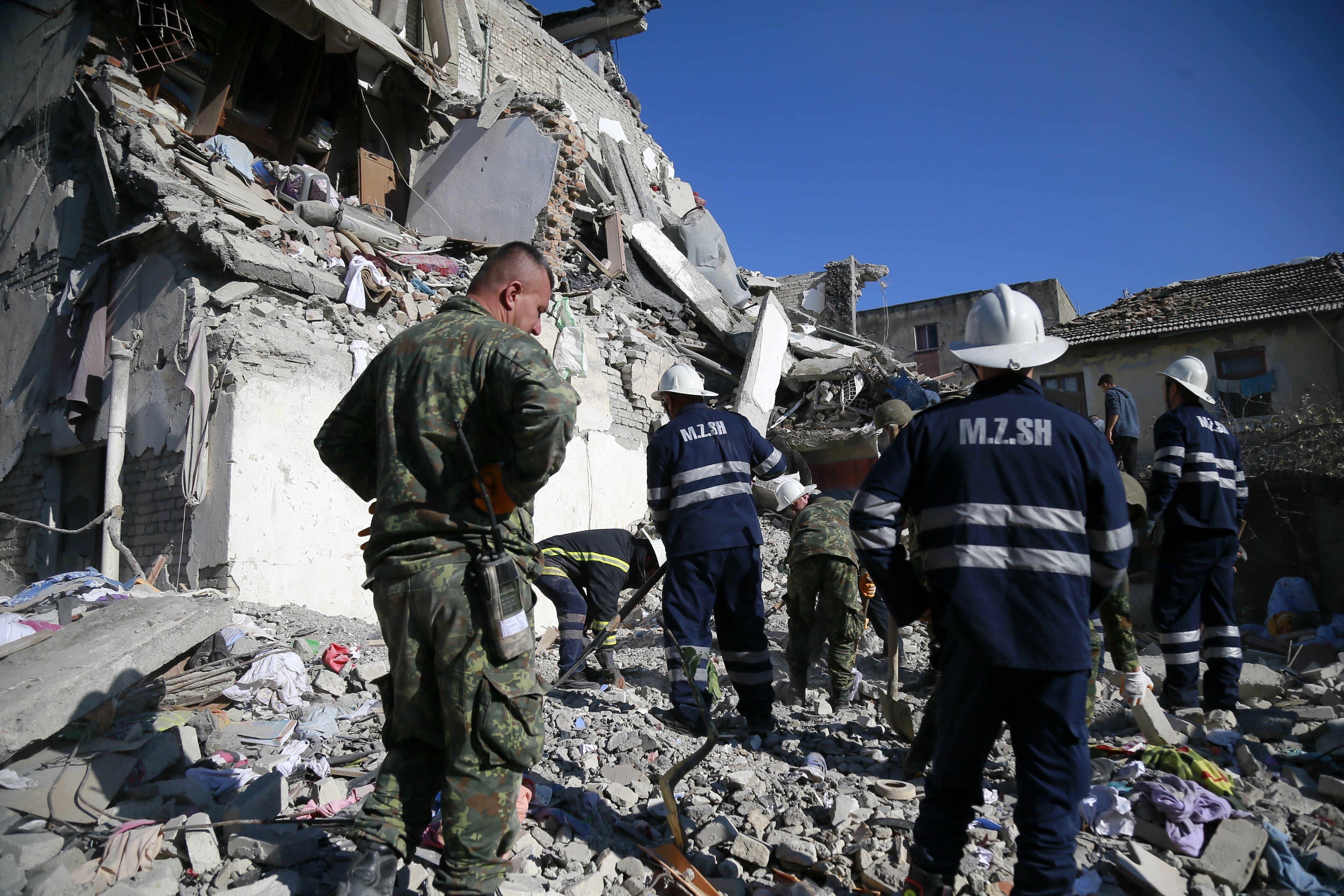 Rettungskräfte in der Ortschaft Thumane. (Bilder: Keystone/Visar Kryeziu)