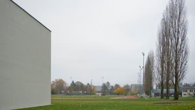 Auf diesem Areal zwischen der Sporthalle und dem Fussballplatz hätte die Schwimmhalle gebaut werden sollen.(Bild: Maria Schmid, Rotkreuz, 22. November 2019)