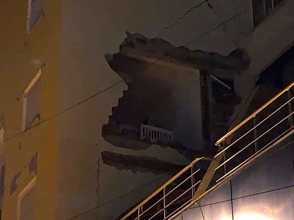 Schwere Schäden an einem Gebäude in Durres im Westen Albaniens. (Bild: KEYSTONE/AP)