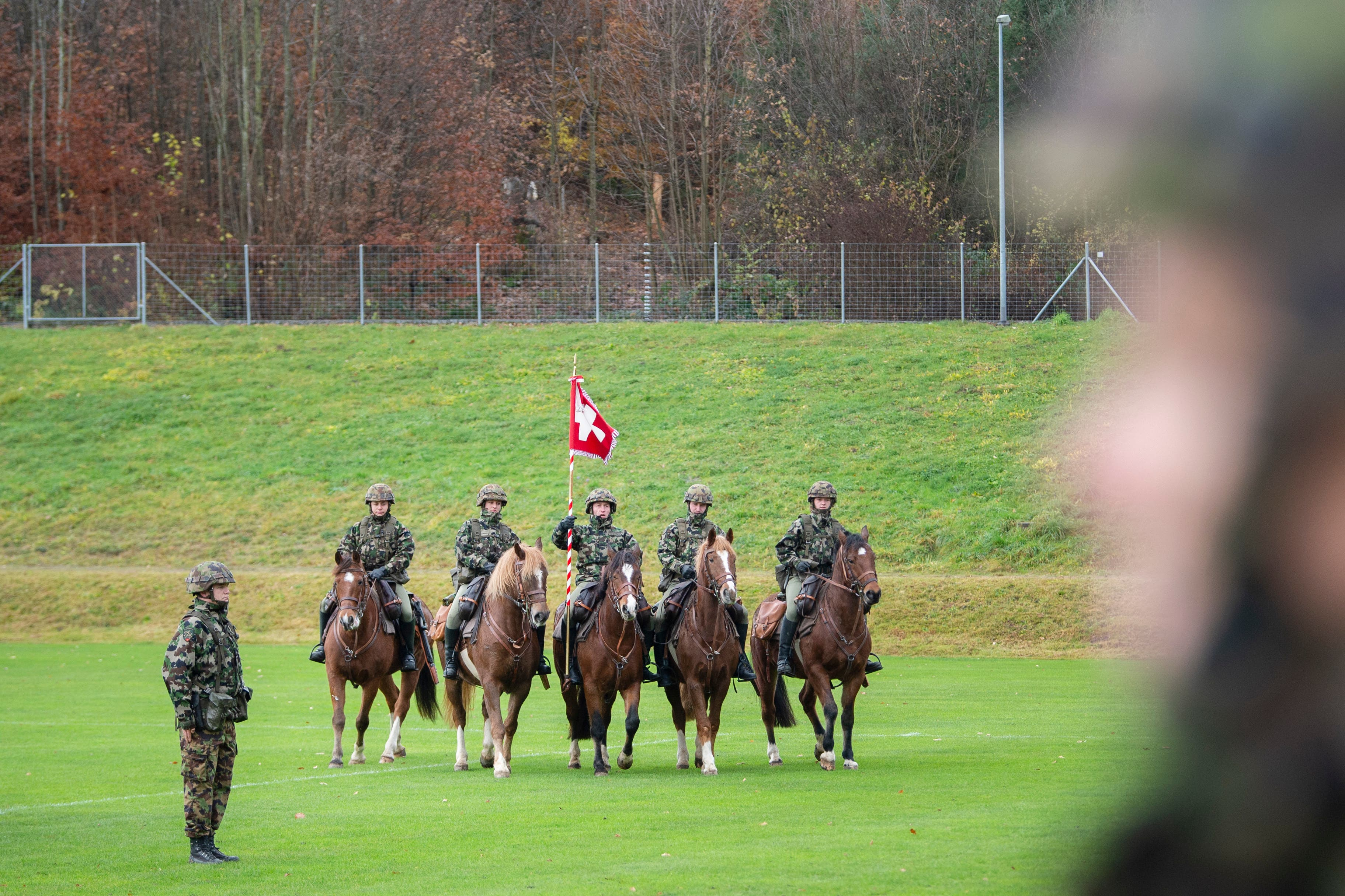Bei der Veterinär- und Armeetiere-Abteilung 13 ist natürlich auch die Gruppe mit der Abteilungsfahne beritten. Am Mittwoch wurde das Feldzeichen am Ende des diesjährigen Wiederholungskurses im Stadion Gründenmoos in St.Gallen wieder abgegeben. (Bild: Urs Bucher - 27. November 2019)