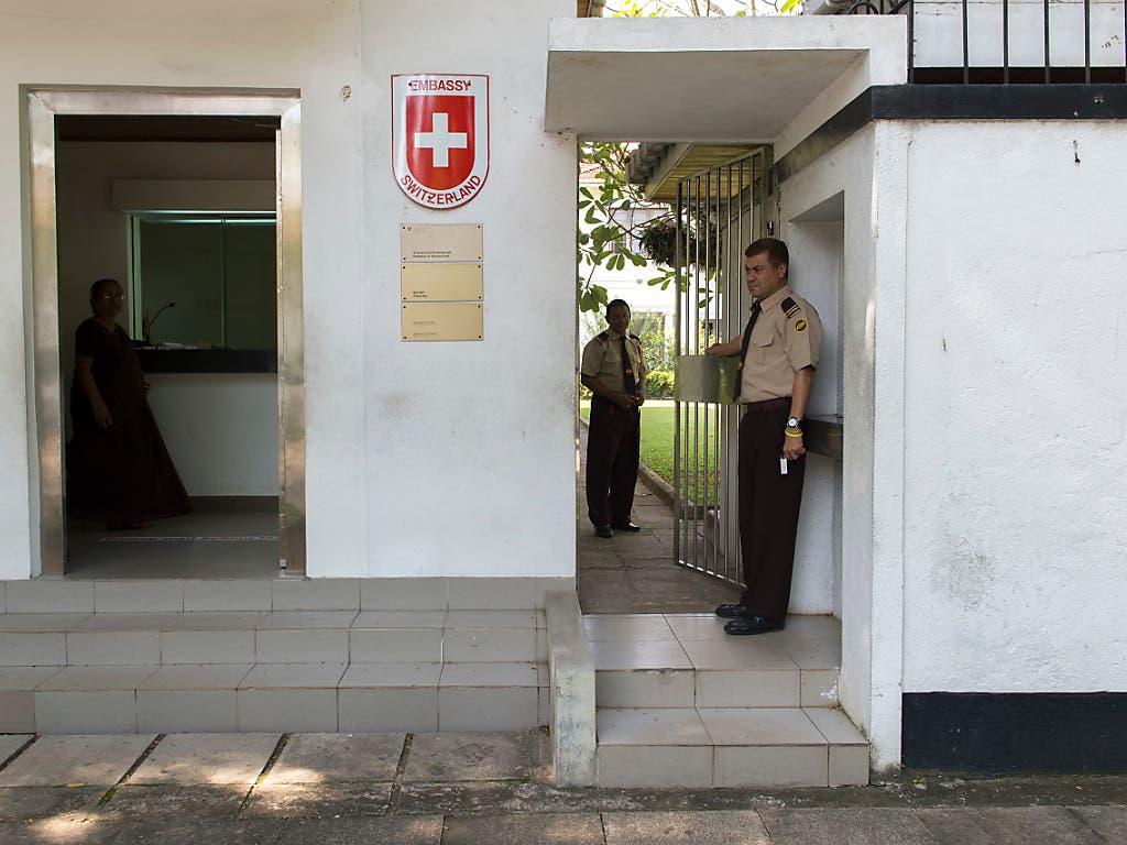 Sicherheitskräfte in der Schweizer Botschaft Sri Lankas in Colombo. (Bild: KEYSTONE/ANTHONY ANEX)