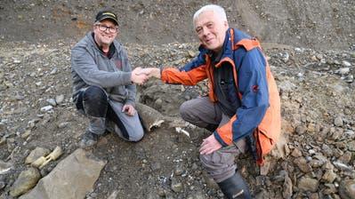 Die Freude über den fünften Eschenbacher Mammutzahn ist gross: Finder Stefan Bitterli (links) und Ebbe Nielsen, stellvertretender Kantonsarchäologe. (Bild: PD)