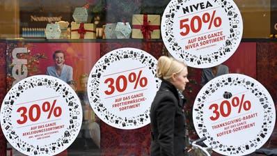 Wo gibt es noch etwas mehr Rabatt? Am Black Friday kommt es bei den Detailhändlern zu regelrechten Rabatt-Schlachten. (Bild: Keystone)