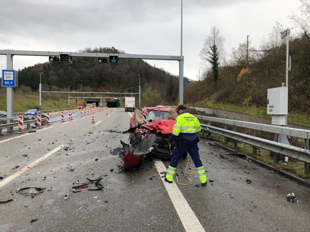 In diesem Auto starben drei Personen aus dem Baselbiet. Der Personenwagen wurden von einem anderen Auto gegen einen Lastwagen gedrückt. (Bild: Handout Kantonspolizei Aargau)