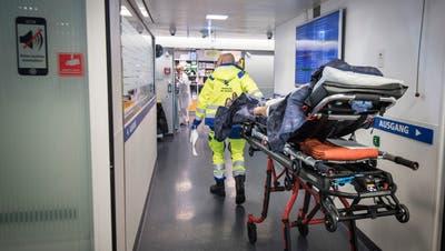 Ein Notfallpatient wird ins Spital eingeliefert. (Bild: Ralph Ribi)