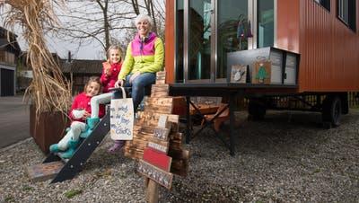 Nicole Rüegg und ihre Töchter Nayeli und Ayumi vor ihrem Bastelwagen. (Bild: Benjamin Manser)