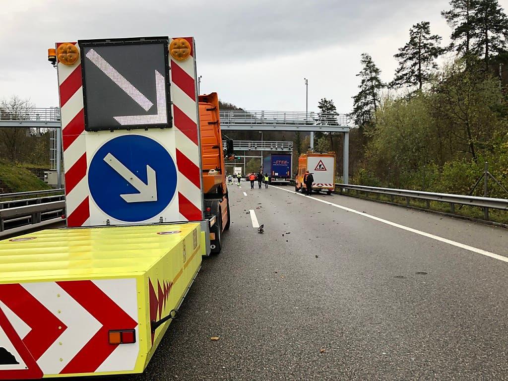 Auf der Höhe dieser Fahrbahnverengung kam es zum schrecklichen Unfall mit drei Toten. (Bild: Handout Kantonspolizei Aargau)