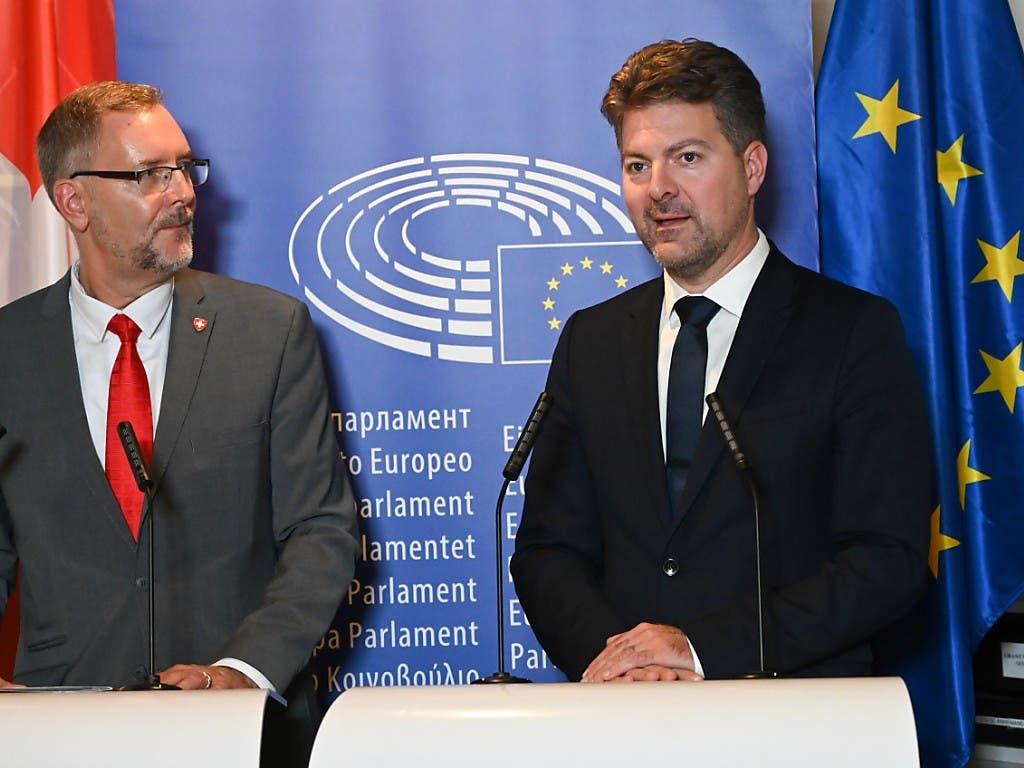 Die beiden Delegationsleiter in Strassburg vor den Medien: der Zürcher FDP-Nationalrat Hans-Peter Portmann (links) und sein EU-Kollege, der deutsche CDU-Politiker im EU-Parlament, Andreas Schwab. (Bild: Michael Kienzler)