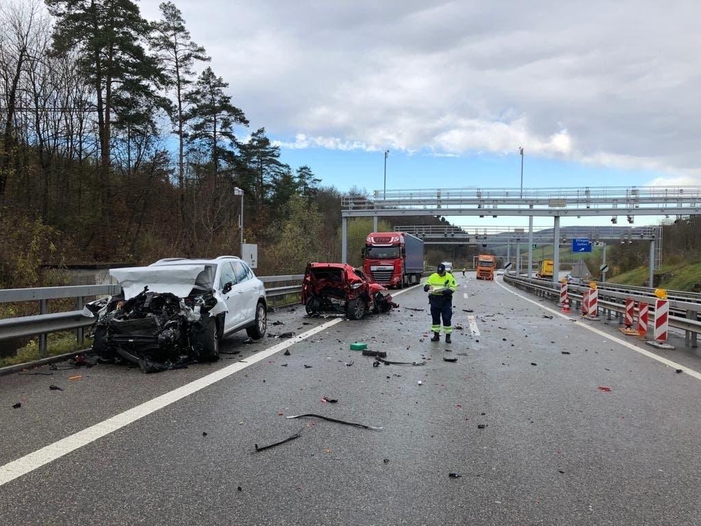 Der weisse Wagen des Unfallverursachers prallte auf den roten Personenwagen. Darin befanden sich drei Personen, die nur noch tot geborgen werden konnten. (Bild: Handout Kantonspolizei Aargau)