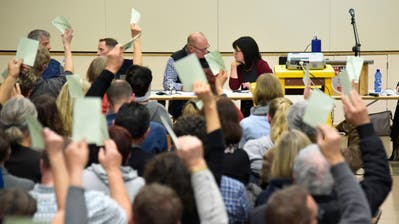 Urs Winistörfer und Nathalie Wasserfallen spüren die Budgetniederlage kommen. (Bild: Mario Testa)